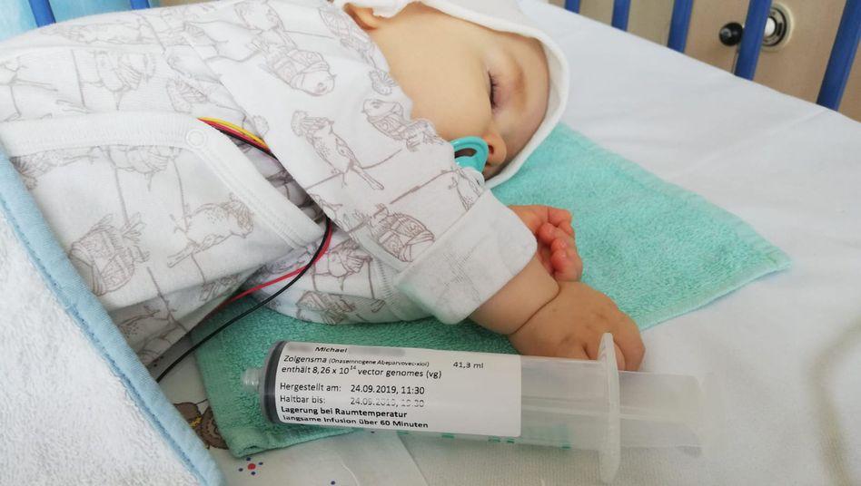 Einjähriges Kleinkind, das mit Zolgensmatherapiert wird