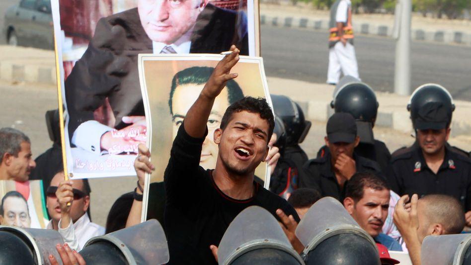 Der dritte Prozess-Tag gegen Mubarak begann mit gewaltsamen Ausschreitungen.
