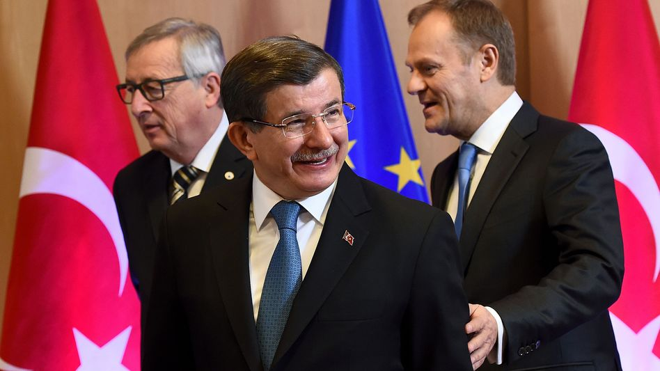 Jean-Claude Juncker, Ahmet Davutoglu und Donald Tusk in Brüssel