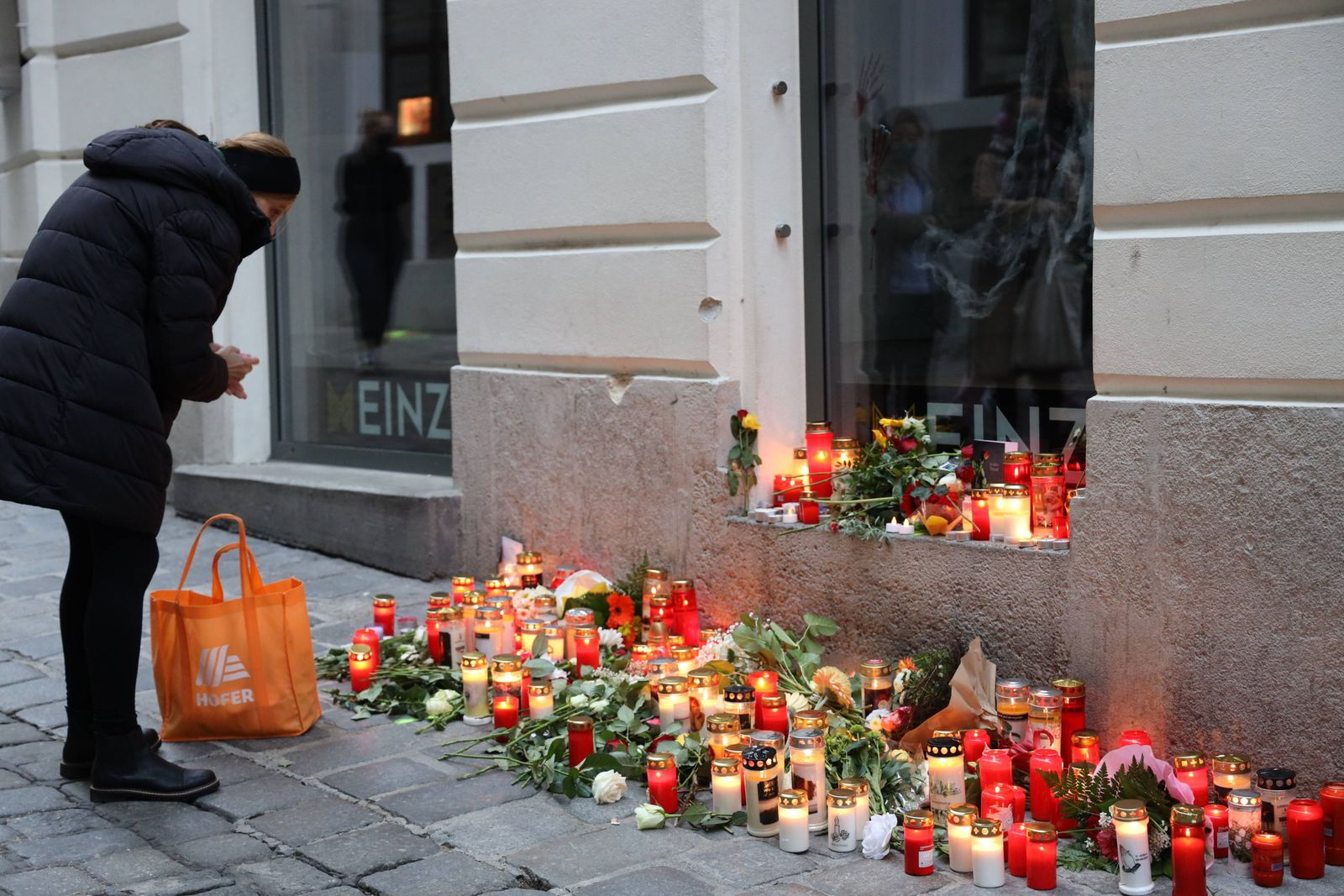 Terroranschlag in Wien Wien, Bermuda Dreieck, 04. 11. 2020 Spuren des Terrors - Menschen gedenken der Opfer und zünden K