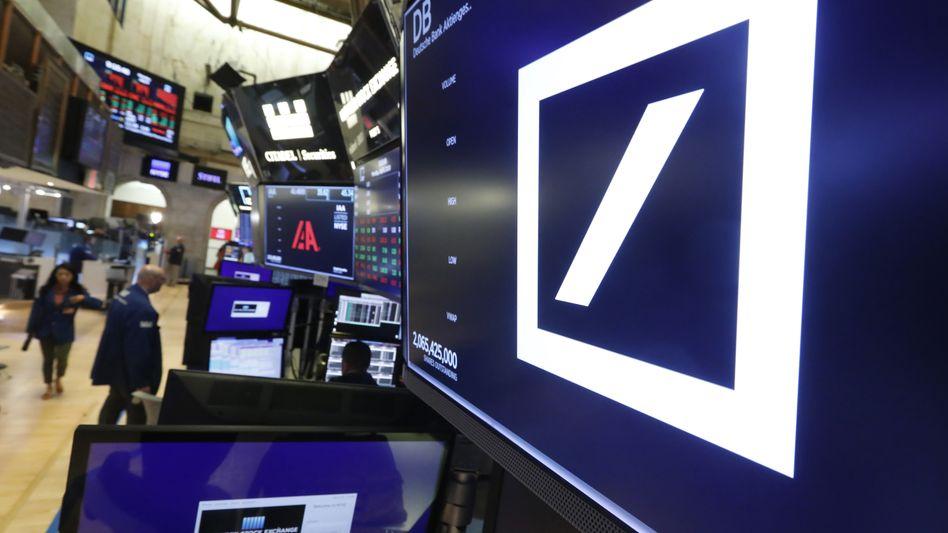 """Das Logo der Deutschen Bank an der New Yorker Börse: """"Es war ein Fehler, Jeffrey Epstein 2013 als Kunden anzunehmen"""", erklärte das Finanzinstitut."""