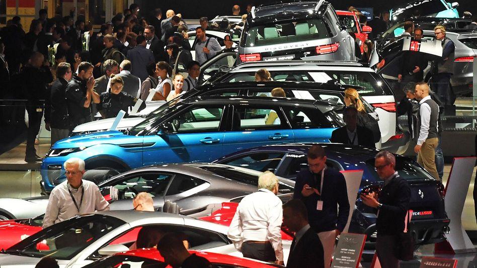 Teure und umweltschädliche Autos werden alle zwei Jahre auf der IAA in Frankfurt zur Schau gestellt