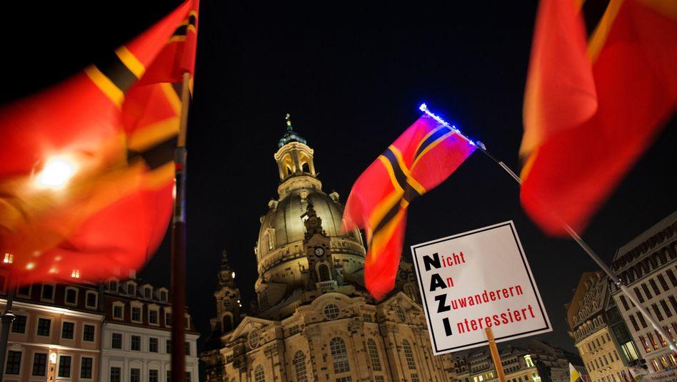 Notstand oder Normalität: Pegida-Demonstranten vor der Frauenkirche in Dresden