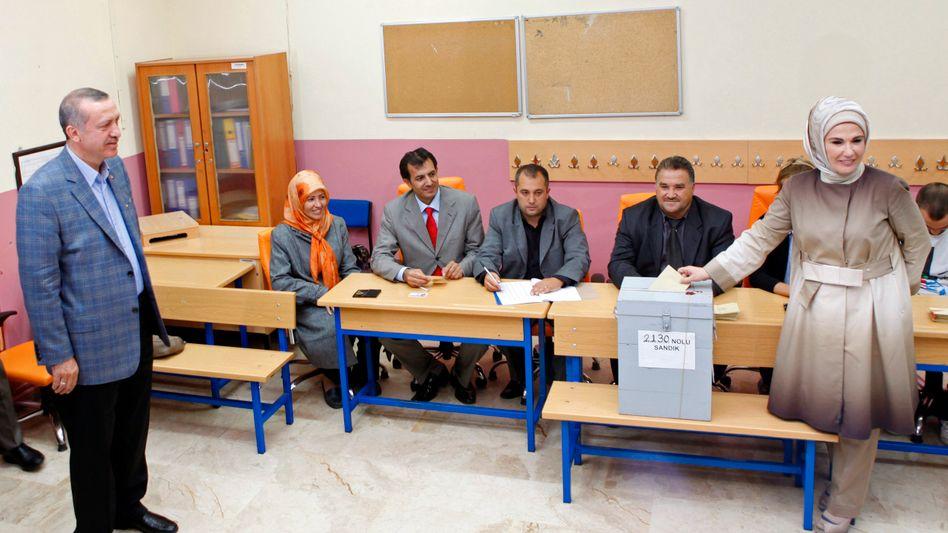 Emine Erdogan (rechts): Die Frau des Premierministers bei der Stimmabgabe