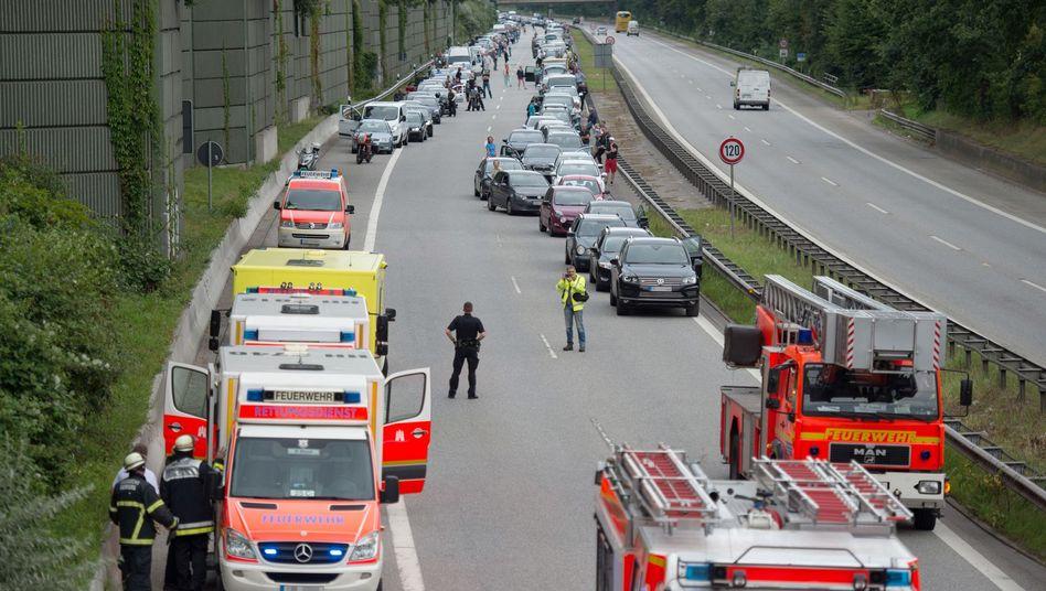Rettungsfahrzeuge nach einem Unfall auf der Autobahn (Archivbild)