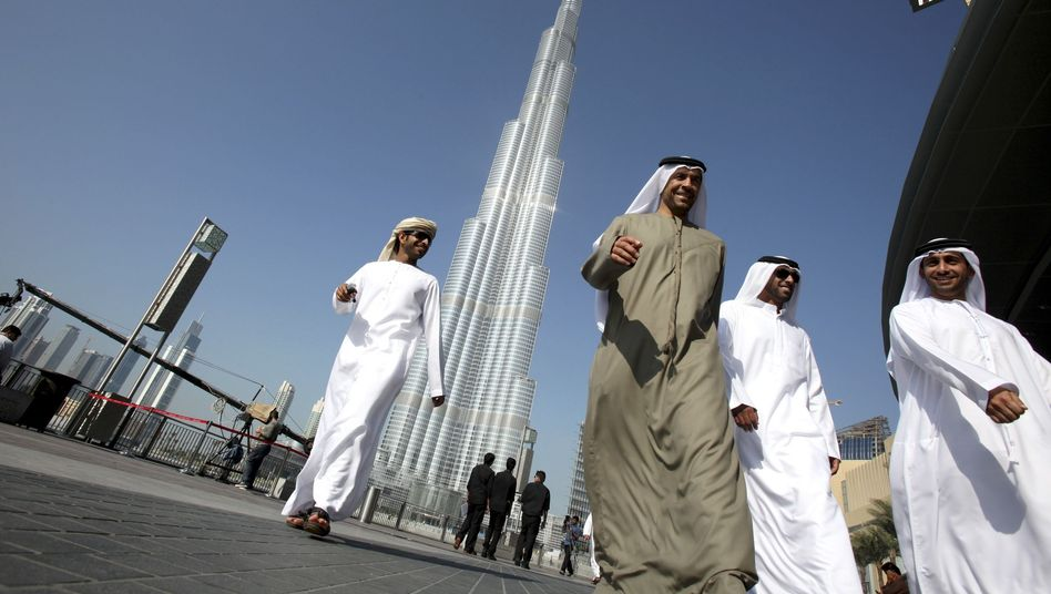 Passanten vor dem Burj-Chalifa-Turm in Dubai: Zweifel an der Seriosität