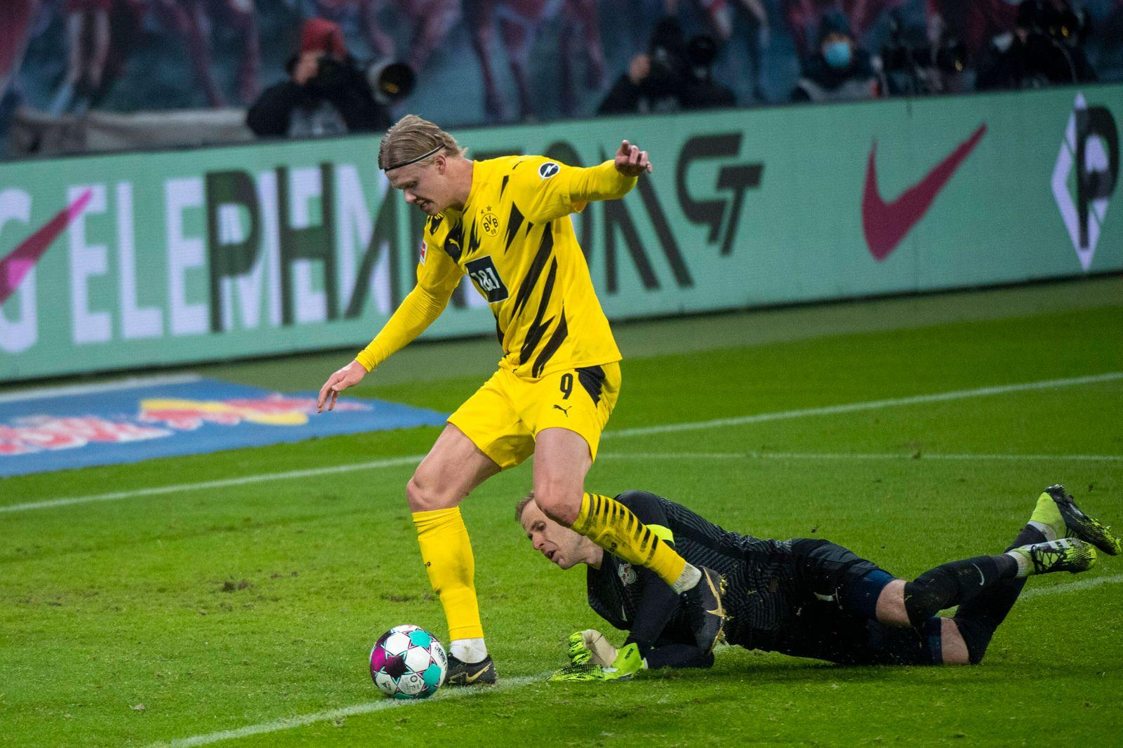 Erling Haaland (Borussia Dortmund 09) maskiert an Peter Gulacsi (RB Leipzig, 32) vorbei und laeuft mit dem Ball ins Tor