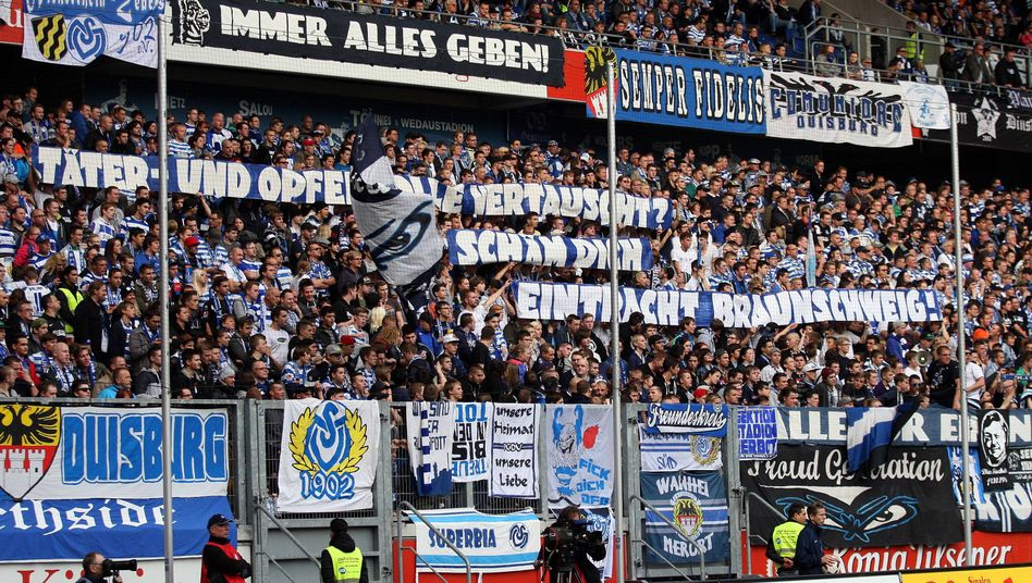 Duisburg-Fans beim Spiel gegen Saarbrücken: Protest gegen rechts