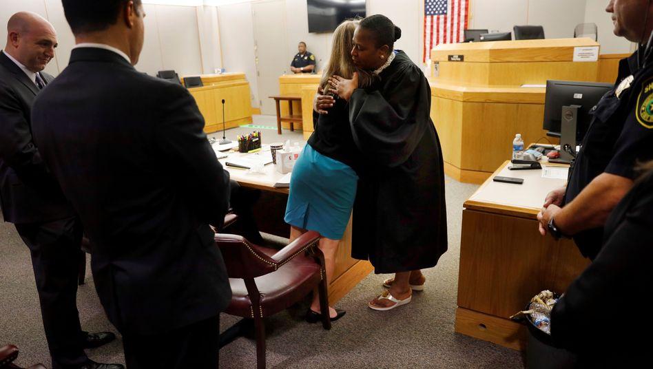Richterin Tammy Kemp umarmt die Ex-Polizistin nach ihrer Verurteilung