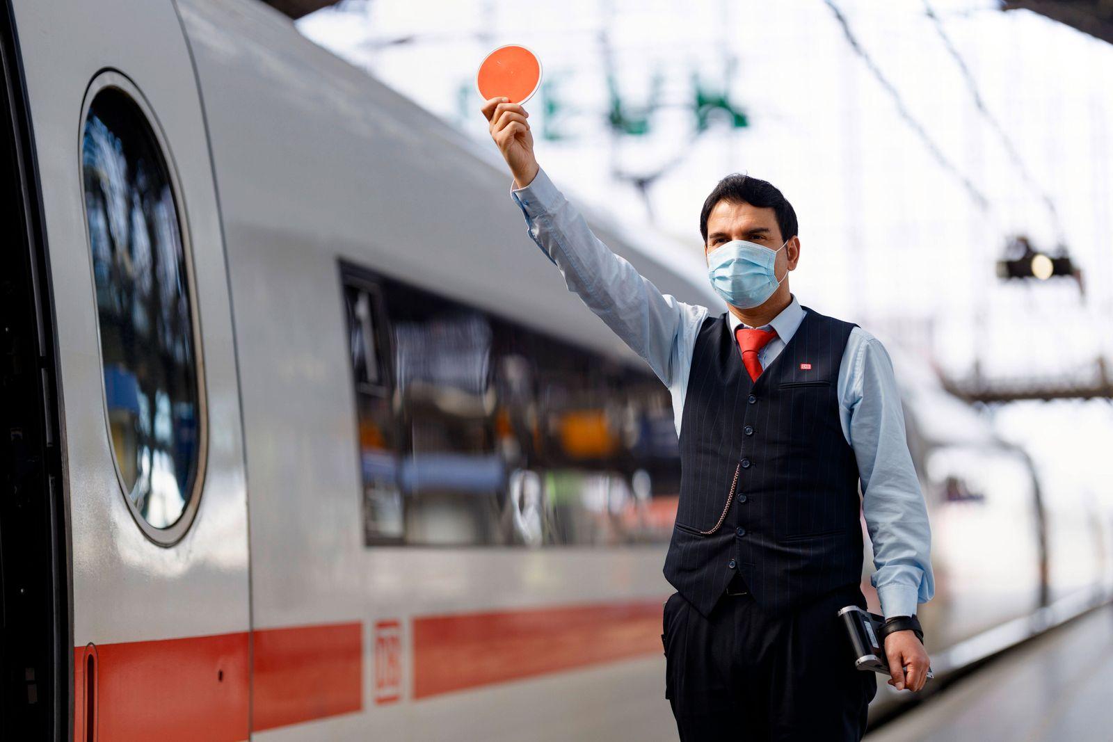 In Bussen, Bahnen und Zügen in NRW sowie auf Gleisen wie am Kölner Hauptbahnhof herrscht wegen der Coronakrise derzeit M
