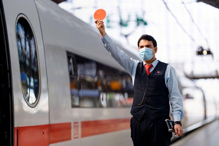 Allein am Montag wurden 3208 Reisende angesprochen, die ohne Maske unterwegs waren