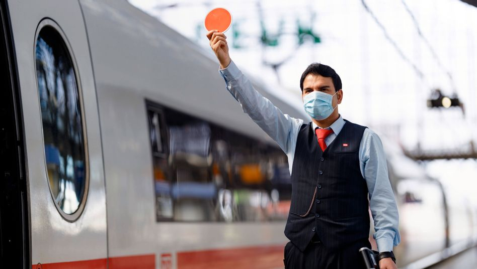 Bahn-Mitarbeiter am Kölner Hauptbahnhof: 1,5 Prozent mehr Gehalt