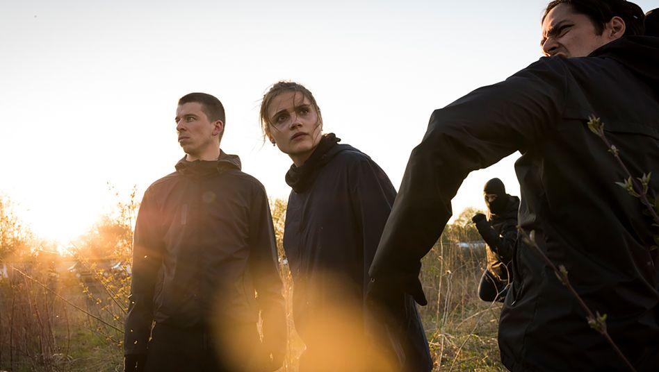 """Szene aus """"Und morgen die ganze Welt"""" mit Hauptdarstellern Heinze, Emde, Saveedra: Hadern mit der Gewaltbereitschaft"""