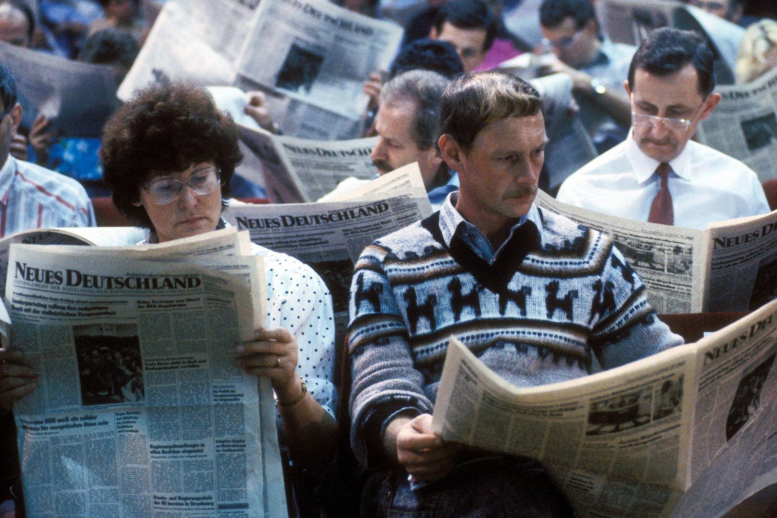 Einheitslektüre - Delegierte anlässlich des Sonderparteitages der SED 1989 bei der Lektüre des Parteiorgans - Neues Deu