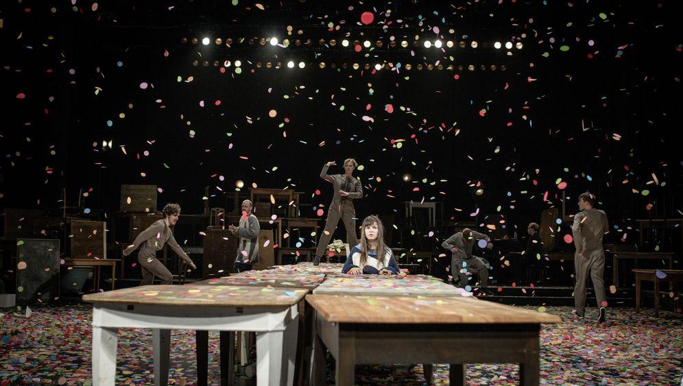 """""""Das Fest""""-Inszenierung: Konfettiregen auf dem Tisch"""