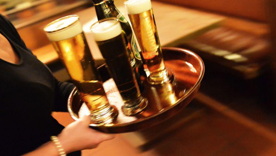 Kellnerin (Symbolbild): Ihre Branche kann sich zumindest noch häufig über Trinkgeld freuen