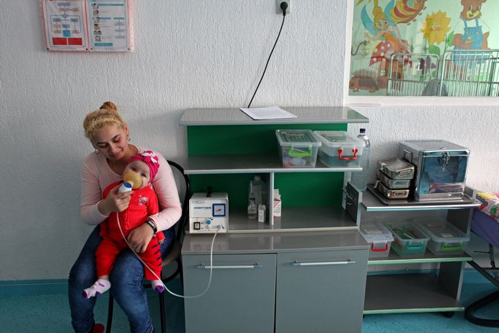 Eine Mutter und ihre Tochter auf der Kinderstation des Krankenhauses in Borsa