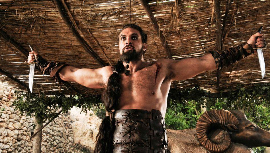 Jason Momoa 2011 in der Rolle des Khal Drogo