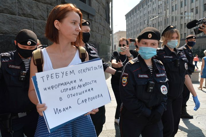 Jelena Tschernenko an der FSB-Zentrale in Moskau