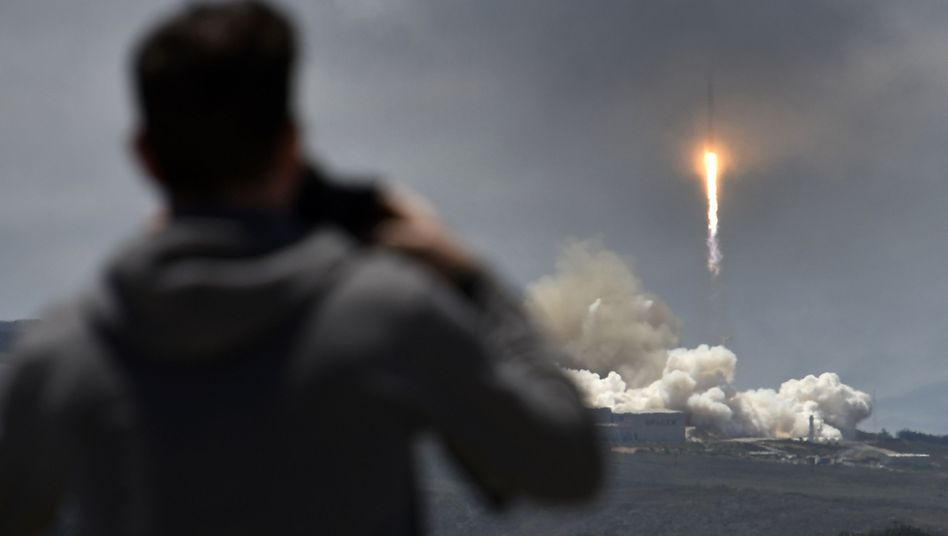 """Ein Zuschauer beobachtet den Start der """"Falcon 9""""-Trägerrakete"""