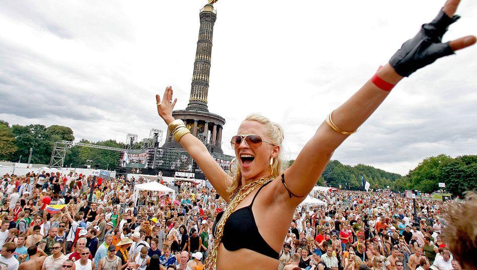 """Die """"Love Parade"""" im Jahr 2006: Jetzt mit Politik statt Bikini"""
