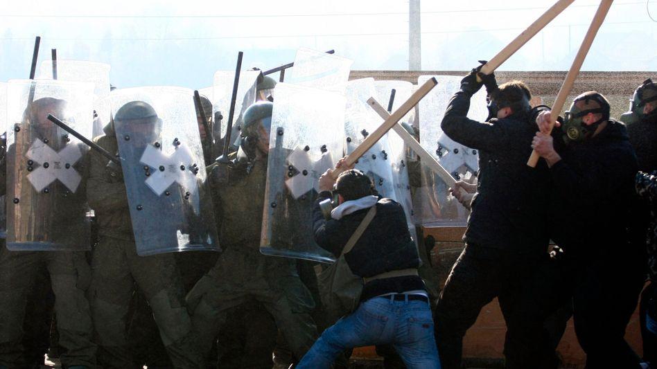 Serben und Kfor-Soldaten im Kosovo: Machtprobe an Straßenbarrikade