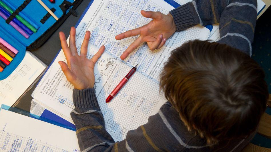 Kind bei Hausaufgaben: Konkrete Lernangebote rangieren am Ende
