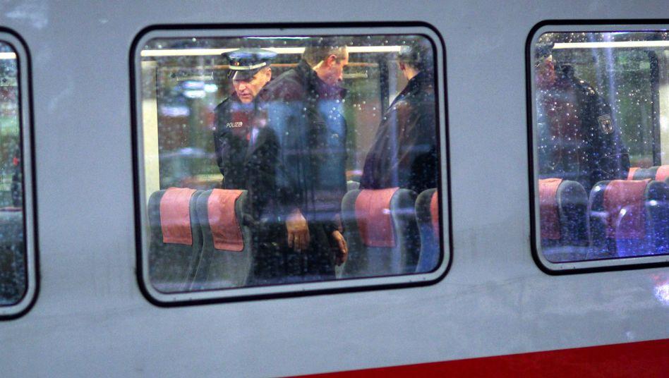 Einsatzkräfte der Polizei durchsuchen einen Zug, der auf einem Gleis am Hauptbahnhof Hannover steht