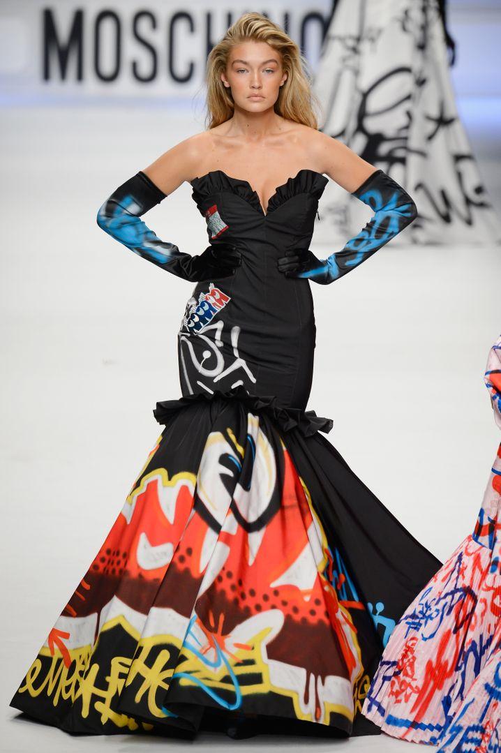 Gigi Hadid im Graffiti-Kleid: Die Robe stellte Moschino im Februar vor