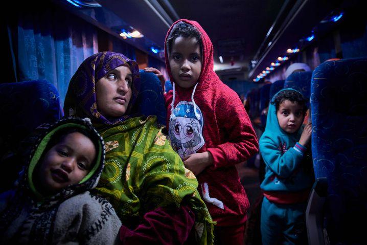 Malische Migrantin mit Kindern in Libyen