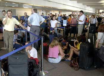 Wartende Passagiere auf einem Flughafen in Cleveland: Bis zu 20 Stunden Verspätung