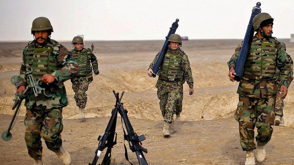 Afghanische Soldaten beim Training: Untersuchung auf Vorstrafen und Drogenkonsum