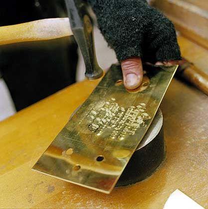 Messingplatten-Fertigung in Demnigs Werkstatt: Erinnern bedeutet manchmal Schwerstarbeit
