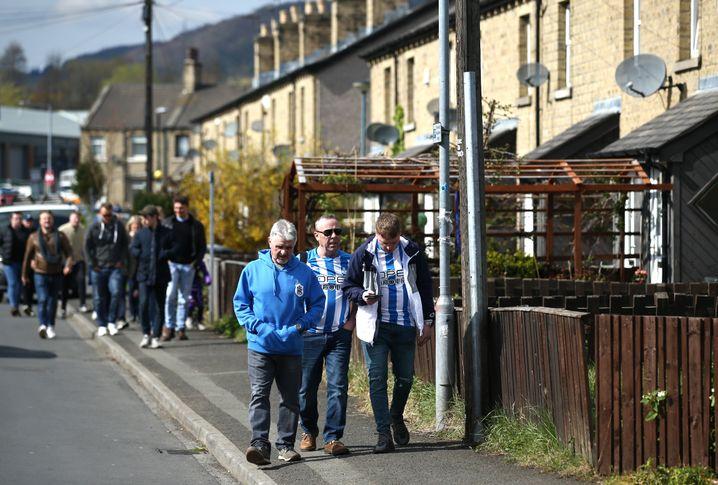 Fans von Huddersfield Town auf dem Weg zum Stadion (Archiv)