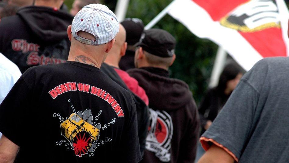 Neonazi auf einer Demonstration der NPD in Güstrow: Neues NPD-Verbotsverfahren?