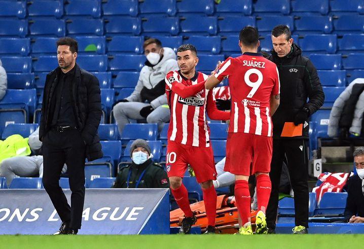 Luis Suárez (Nummer 9) geht, sein Trainer Diego Simeone (l.) hat Wichtigeres zu beobachten