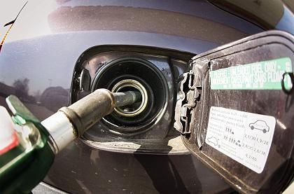 Zapfpistole beim Tanken: Spekulanten treiben die Preise