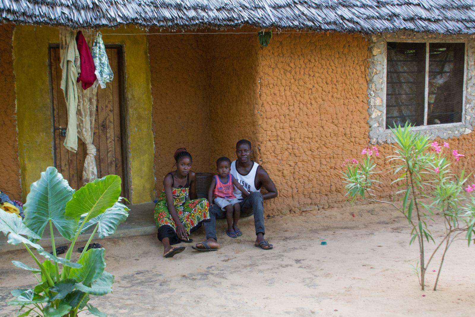 mit seiner Frau Roseline Kazungu Ndole und ihrem Sohn Lucky vor ihrem Haus in Dabaso bei Watamu an der kenianischen Kueste