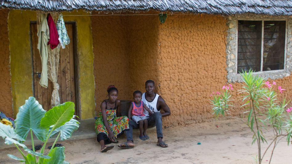 Karisa Kenga Mbitha mit seiner Frau Roseline Kazungu Ndole und ihrem gemeinsamen Sohn Lucky vor ihrem Haus an der kenianischen Küste