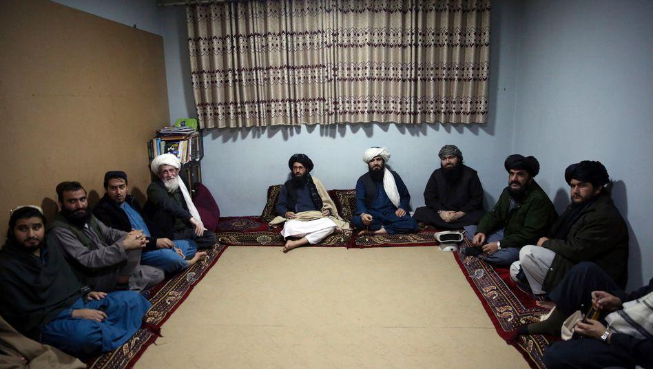 Inhaftierte Taliban sitzen im Pul-e-Charkhi Gefängnis zusammen
