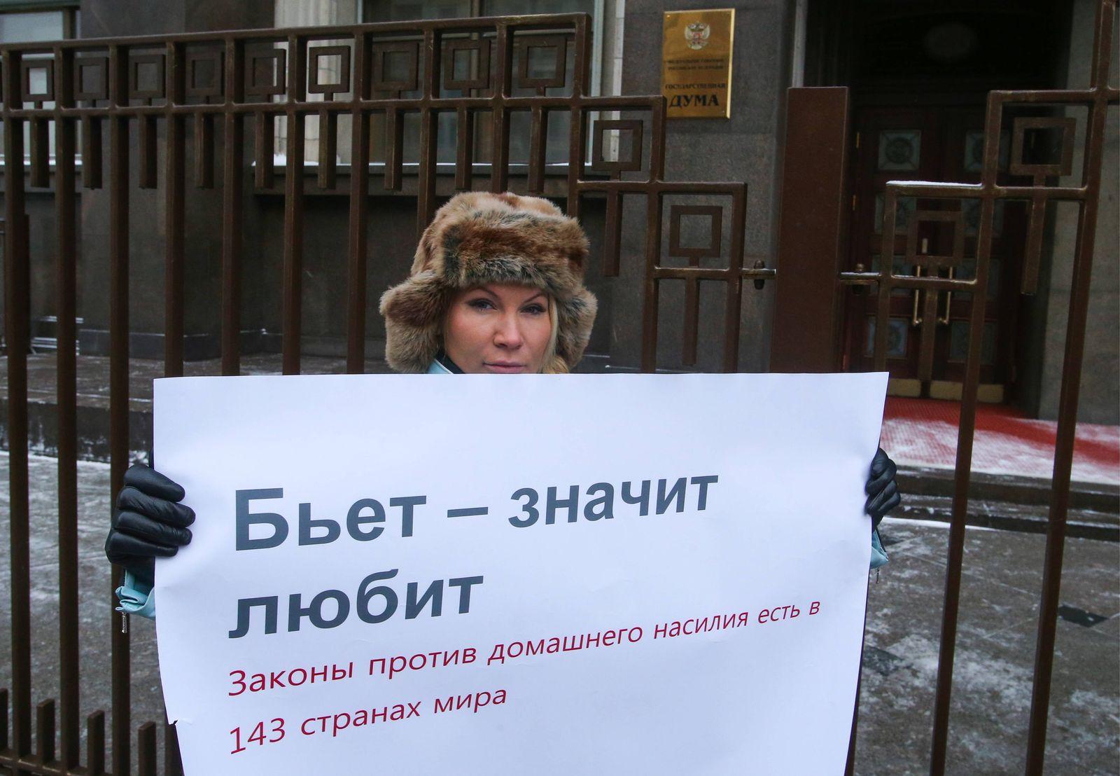 EINMALIGE VERWENDUNG Moskau / Demonstration / häusliche Gewalt