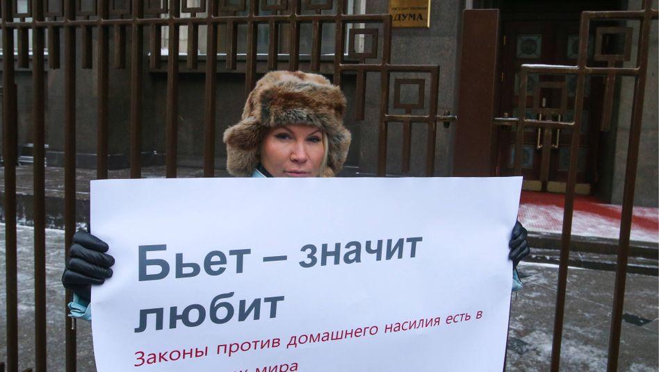 Protest vor der Duma gegen mildere Strafen für häusliche Gewalt