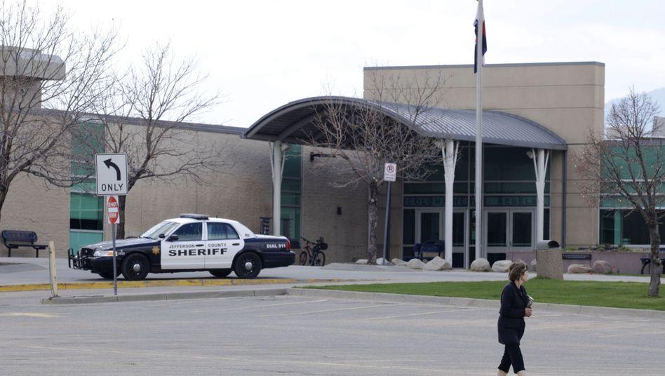 Ein Polizeiwagen vor der Columbine High School
