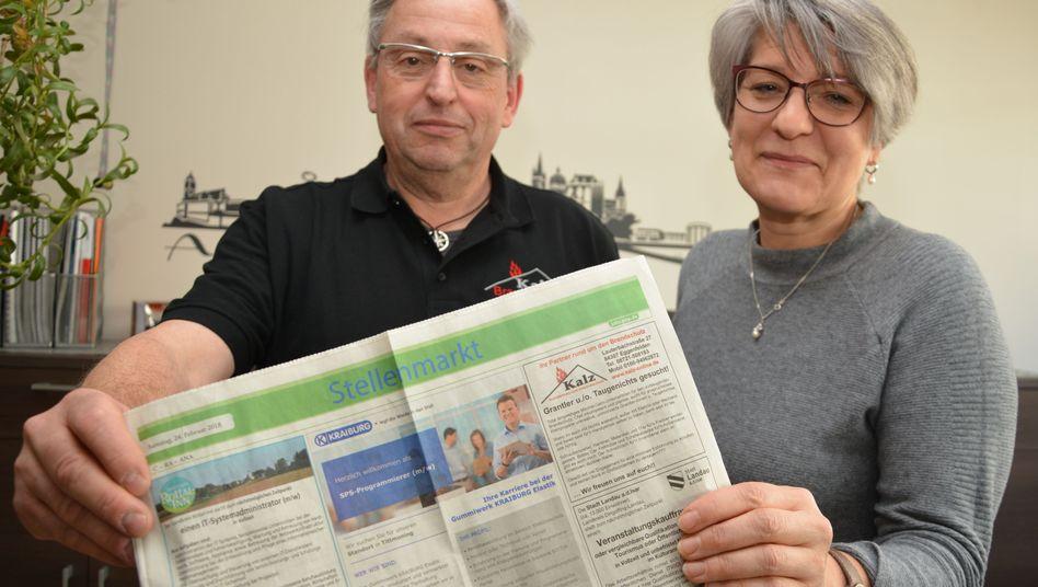 Jochen Kalz und Mitarbeiterin Barbara Baumer mit ihrer Stellenanzeige