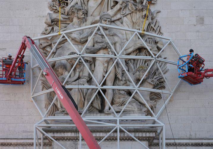 Stahlgerüste schützen die Statuen des Triumphbogens