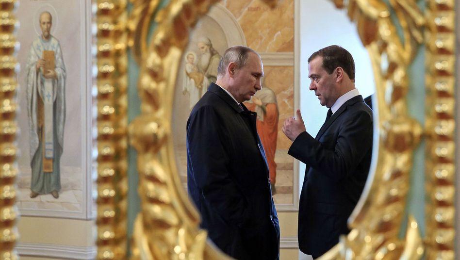 Putin (l.) and Ministerpräsident Medwedew