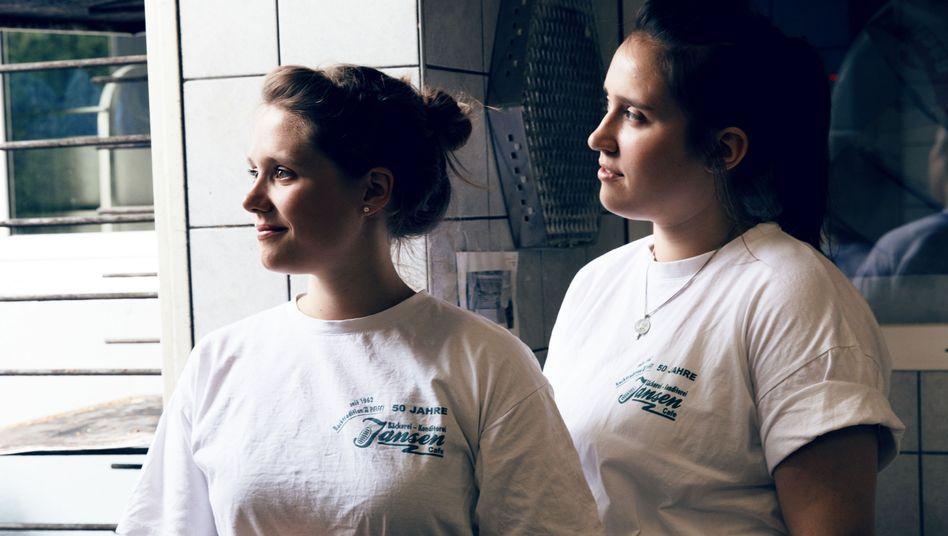 Carolin und Barbara in der Konditorei Jansen in Haldern
