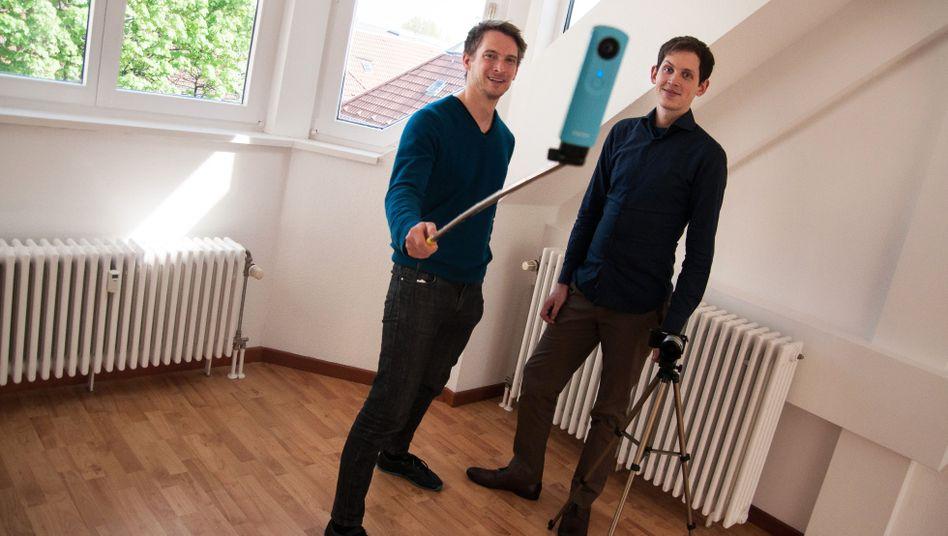 Thomas Furch (l.) und James Lefrère: Die Gründer filmen einen 360-Grad-Rundgang durch eine leere Wohnung