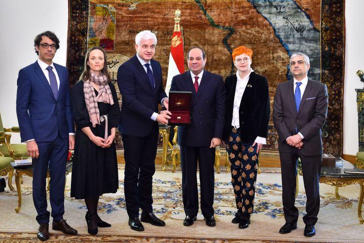 Hans-Joachim Frey übergibt den Preis an Abdel Fattah Al-Sisi