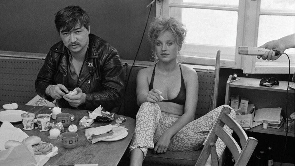 Rainer Werner Fassbinder mit der Schauspielerin Hanna Schygulla (1970)